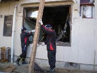 建物内の瓦礫撤去作業