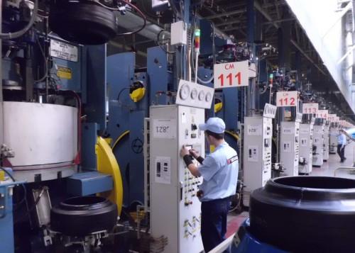 ロシアタイヤ工場の加硫工程