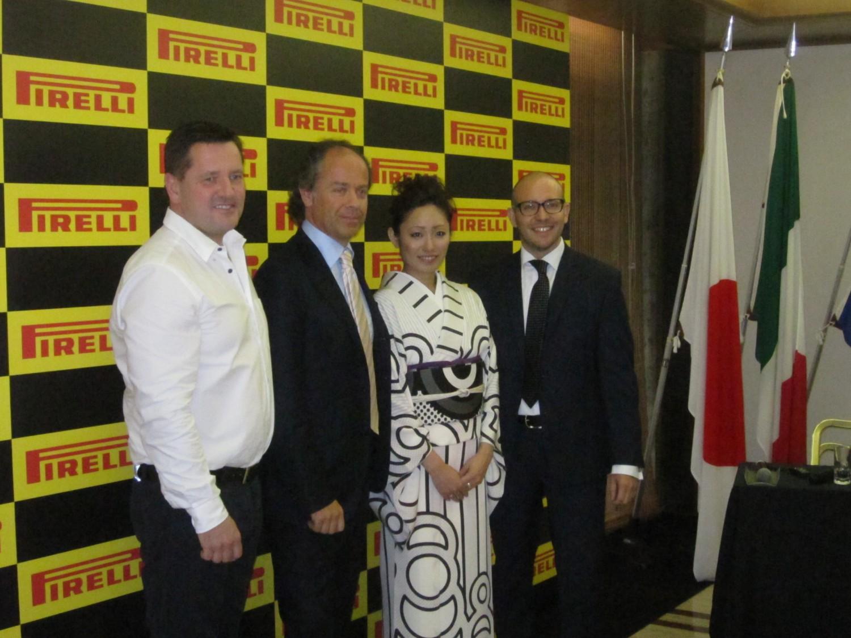 左からピレリモータースポーツ・ディレクターのポール・ヘンベリー氏、ピレリジャパン社長のマルコ・エッリ氏、安藤選手