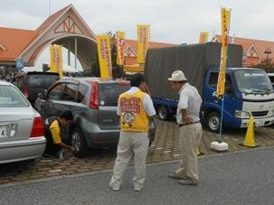 道の駅 アグリパークゆめすぎと(埼玉県北葛飾郡)でのタイヤ点検活動の様子