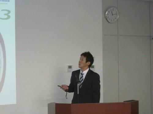 商品説明するタイヤ技術第一部の川上和紀氏