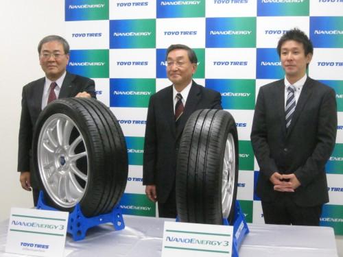 フォトセッション左から福富氏、山崎社長、川上氏
