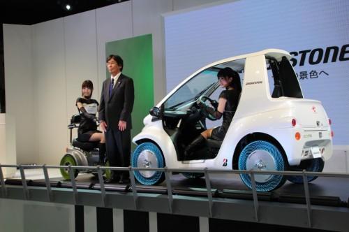 発表を行った森本芳之取締役専務執行役員と第1世代タイヤ(左)、第2世代タイヤ
