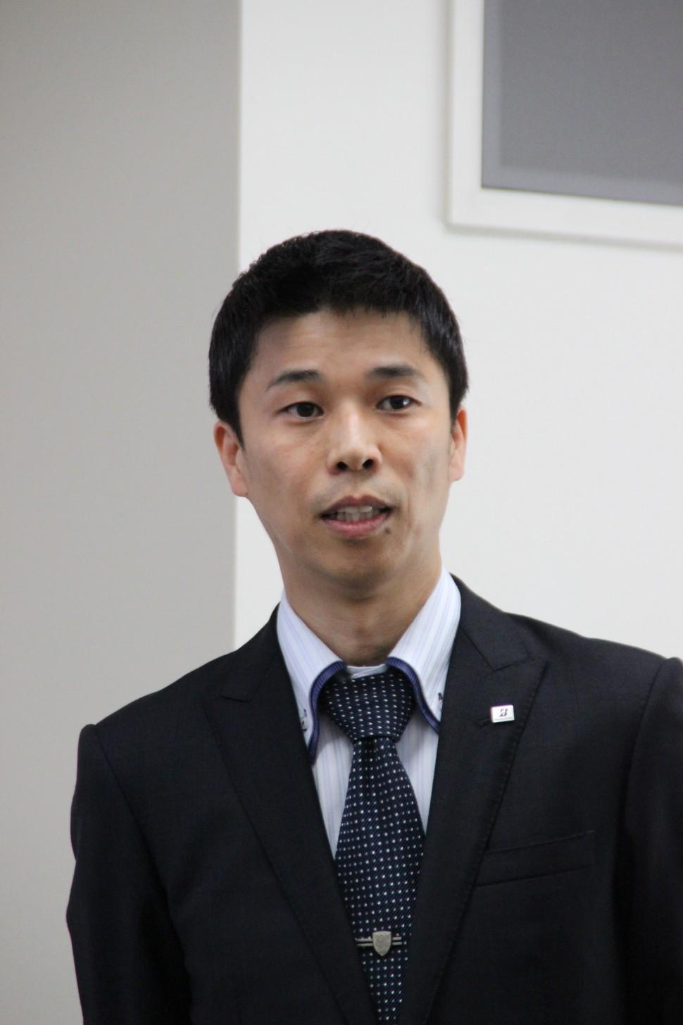 アルティメットアイの説明を行う桑山勲タイヤ研究本部操安研究ユニットフェロー