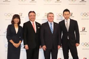 調印式には高橋尚子さん(左端)と北島康介さん(右端)も参加した