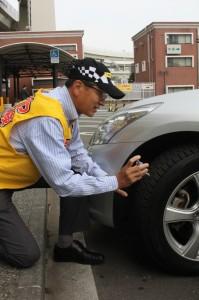 タイヤ残溝をチェックする田中副社長