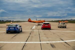 飛行機とドリフトカー・レーシングカーのコラボレーションショーの様子