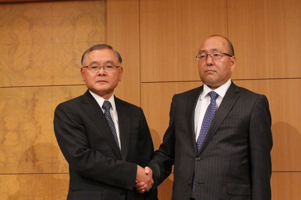 記者会見をする駒口新会長(左)と清水新社長