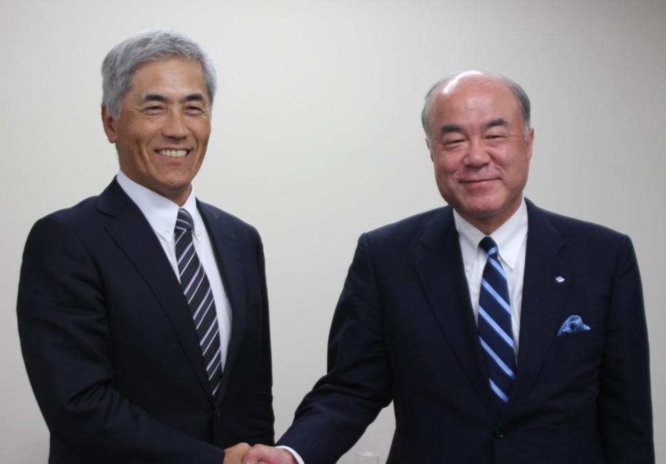 野地前会長(左)と池田新会長