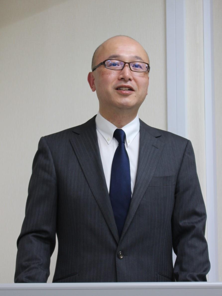 進化したナノバランステクノロジーを説明する金井本部長