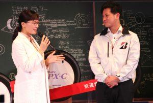「ちゃんと買い」の寸劇を行う綾瀬さんとナックル井上氏