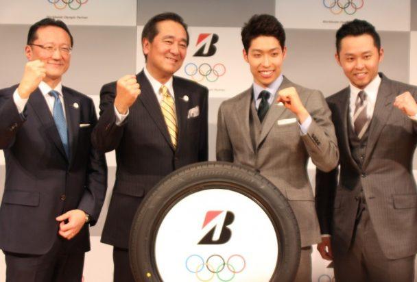 フォトセッションに応じる(左から)田村執行役員、西山副社長、萩野選手、北島氏