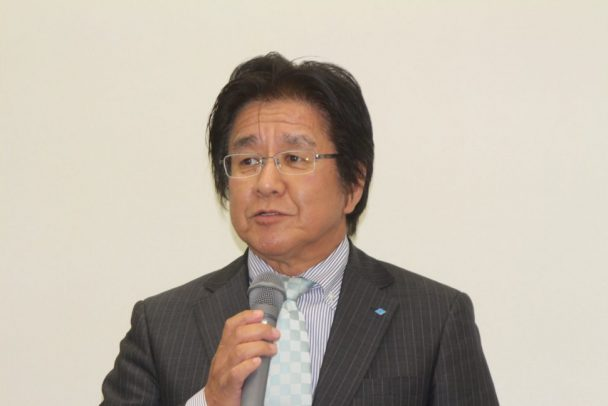 技術説明会前にあいさつする執行役員オートモーティブシステム事業部長の吉岡哲彦氏