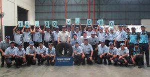 生産累計1000万本目のタイヤ(中央)とTTMのスタッフ