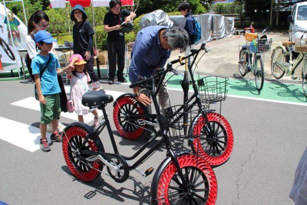 首都圏で初公開されたエアフリーコンセプトを装着した自転車向け次世代タイヤ
