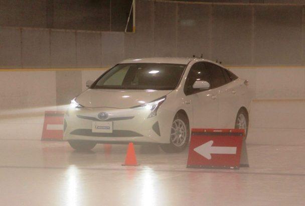 スラローム体感ゾーンを走行する試乗車