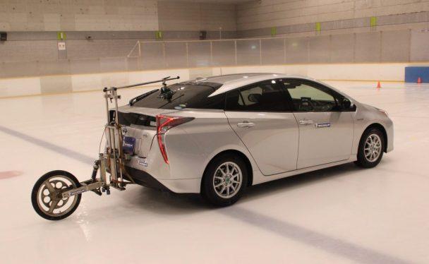測定装置を装着して氷上制動性能を確認した