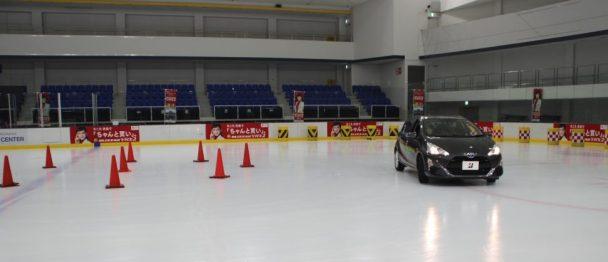 氷上で夏タイヤでのコーナリング。スタッドレスに比べ大きく膨らんでいるのが分かる