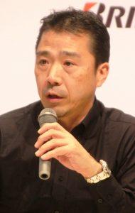 記者の質問に答える内田部長