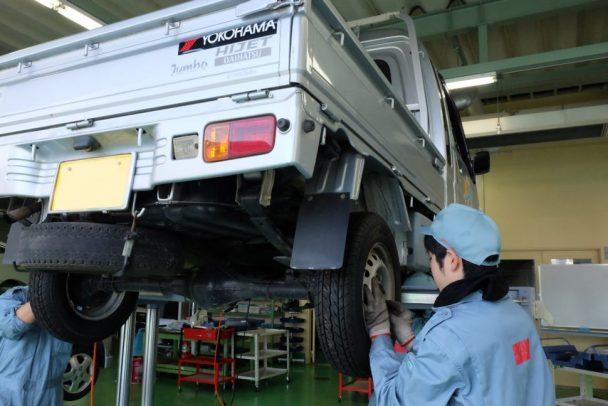 「春の学生整備プロジェクト」で横浜ゴムの寄贈したタイヤを被災者が使用する車両へ装着する石巻専修大学の学生